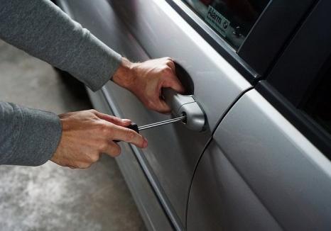 Spărgător la 15 ani: un adolescent a fost prins că a furat un telefon mobil lăsat de proprietar într-o maşină parcată în Ineu
