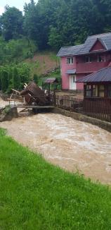 Prăpăd în Bihor! Inundaţii în mai multe localităţi. O femeie şi un copil surprinşi de viitură au fost salvaţi de pompieri (FOTO / VIDEO)