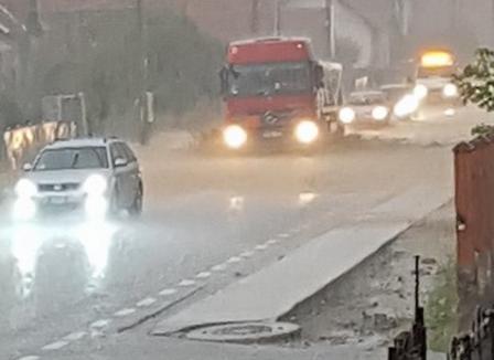 Furtuna în Bihor: Apă de 20 de centimetri pe DN 1, la Borod (FOTO / VIDEO)