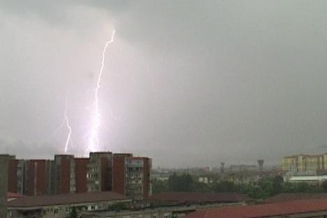 Vin furtunile! Avertizare meteo de ploi torenţiale, cu tunete şi fulgere