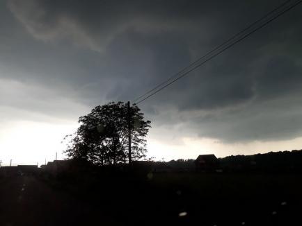 COD PORTOCALIU de ploi, vânt și descărcări electrice în mai multe localități din Bihor