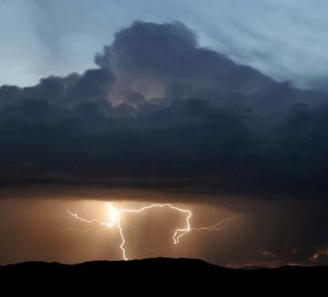 Atenţie! Vine furtuna în Oradea!