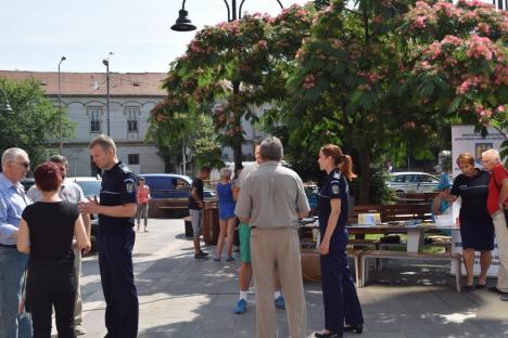 Poliţiştii, altfel: Agenţii de prevenire ai IPJ Bihor au discutat cu orădenii la îngheţată şi cafea (FOTO / VIDEO)