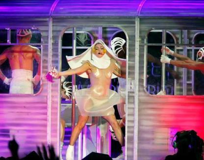 """Lady Gaga, călugăriţă sexy şi """"transparentă"""""""