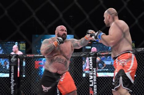 Acoperit de sânge, Sandu Lungu l-a bătut pe 'Animalul Cehiei' în cuşca MMA (FOTO/VIDEO)