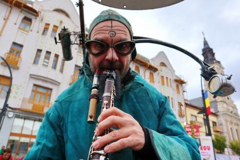 A început Oradea FestiFall: Un trubadur și creaturi din altă lume i-au cucerit pe orădeni. Ce se mai găsește la festival (FOTO / VIDEO)