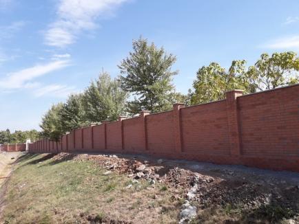 Cimitirul Municipal e mai bine păzit! A fost finalizat gardul de împrejmuire (FOTO)