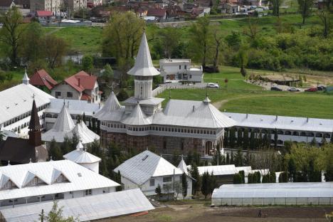Gardul maicii Mina: Controversata stareţă din Oradea îşi ridică gard la mănăstire fără autorizaţie şi mult peste înălţimea legală (FOTO / VIDEO)