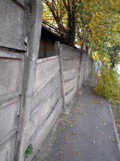 Atenţie, pietoni! Gardul depoului de pe Ştefan cel Mare e pericol public (FOTO)