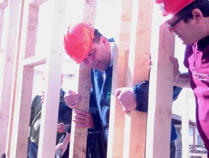 Prefectul Ghilea, voluntar pe şantierul Habitat pentru Umanitate (FOTO)