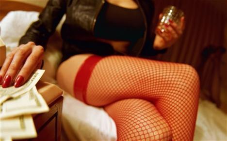 Mai multe tinere, duse să se prostitueze într-un hotel din Bistriţa. Mama unei fete sechestrate a alertat 112