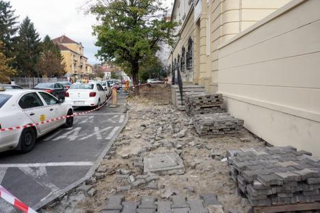 Tot porfir. Reabilitarea trotuarului din fața fostei Policlinici Mari a început dinspre strada Gheorghe Dima