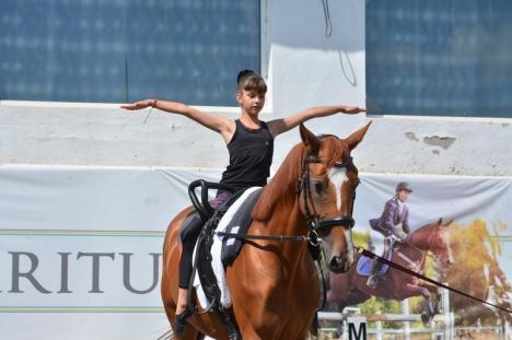 Gimnastică pe cai: Amatorii de echitaţie pot învăța acrobații ecvestre la doi paşi de Oradea (FOTO / VIDEO)