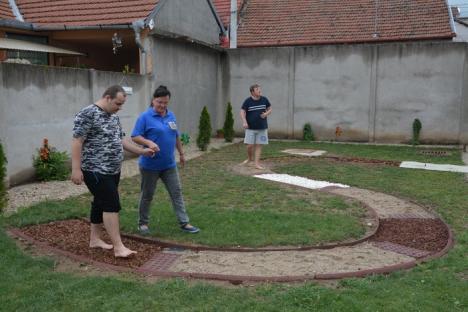Pe simţite: Centrul SOS Autism Bihor are de acum grădină şi sală senzorială, cu multe lumini şi plante aromatice (FOTO/VIDEO)