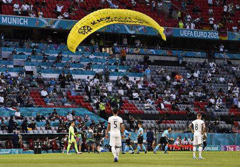 Un protestatar a aterizat cu parapanta la Euro 2020, înainte de meciul Franța – Germania