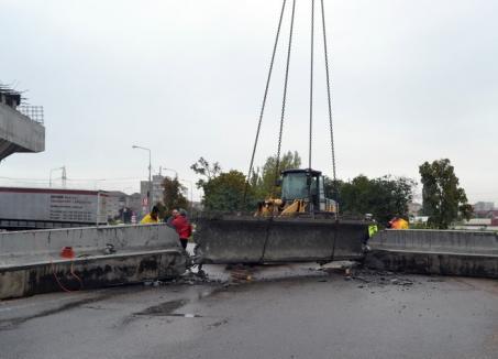 Ocoliţi! O grindă de beton s-a prăbuşit la montarea pe pasajul peste DN 79 (FOTO)