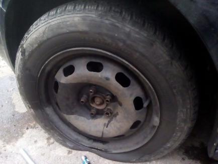 Atenţie la groapă! Zeci de şoferi din Oradea reclamă că şi-au rupt roţile într-o gură de canal din Bulevardul Magheru (FOTO)
