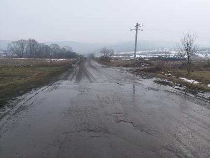 Cum arată un drum judeţean în Bihor. Locuitorii din Popeşti sunt nevoiţi să circule prin gropi şi noroi (FOTO)