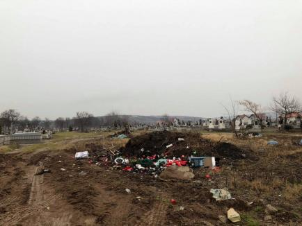 Cimitirul din Episcopia: Noroaie până la genunchi şi munţi de gunoaie (FOTO)