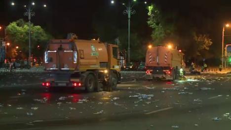 Piaţa gunoaielor: Tone de mizerii au rămas în urma manifestanţilor PSD (FOTO)