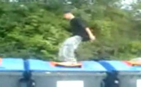 A vrut să se distreze şi a ajuns la gunoi (VIDEO)