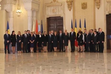 Miniştrii noului Guvern au fost învestiţi 'pe repede înainte'. Iohannis: 'Preluaţi şi factura eşecului celor două guverne anterioare'