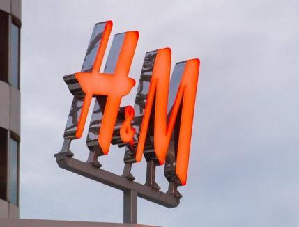 H&M, în 'gaură': Profit scăzut cu peste 60%, stocuri de haine nevândute de peste 4 miliarde de dolari