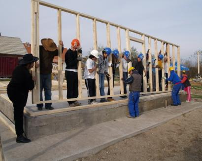 11 elevi străini au venit la Beiuş să construiască o casă pentru o familie săracă