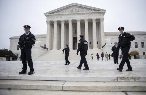 Doi români, arestaţi după ce au virusat serverele poliţiei din Washington