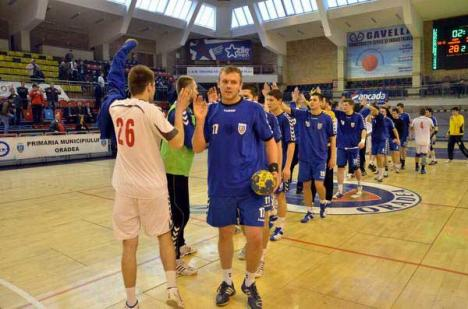 Handbaliştii orădeni au cedat jocul de la Cluj, la o diferenţă de 8 goluri