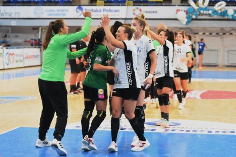 Vedetele handbalului feminin din România şi din Ungaria au jucat la Oradea. Cristina Neagu, întâmpinată cu flori(FOTO)