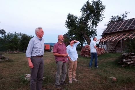 Drumeţie diplomatică: Ambasadorul SUA, Hans Klemm, a vizitat destinaţia de ecoturism Pădurea Craiului (FOTO)