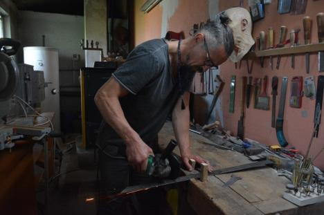 """Maestrul cuţitelor: Un orădean are o îndeletnicire """"tăioasă"""", fabricând cuţite unicat, ce ajung în colecţiile unor pasionaţi de pretutindeni (FOTO)"""