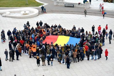 """La invitaţia studenţilor, aproximativ 200 de orădeni au """"desenat"""" în Piaţa Unirii o hartă a României cu trupurile lor (FOTO/VIDEO)"""