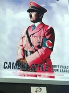Hitler în uniformă roz îi scandalizează pe italieni