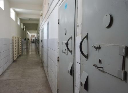 Și la stat, și la privat! Un angajat al Penitenciarului Oradea a fost declarat incompatibil de ANI