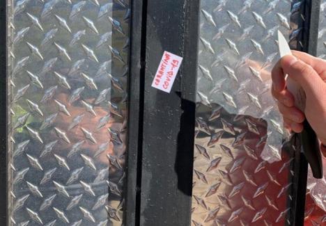 Glumă proastă! Locuitorii din Holod au intrat în panică după ce s-au trezit cu mesajul 'carantină COVID-19' pe porţi (FOTO)