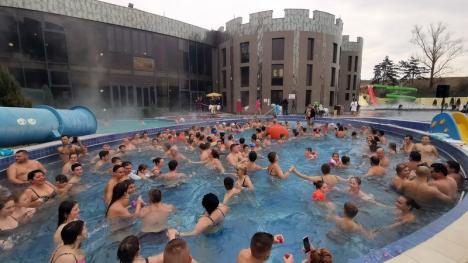 Tricolorul la apă! Sute de turişti au jucat hora Unirii în bazinele complexului President (FOTO/VIDEO)