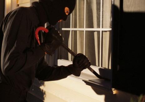 O grupare de hoţi care a dat spargeri în Aleşd, pusă sub urmărire penală de poliţiştii bihoreni