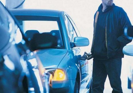 Şi-a găsit naşul! Surprins în timp ce golea o maşină, un hoţ a fost urmărit de orădeni, prins şi predat poliţiştilor