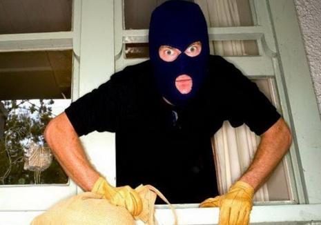 Pus sub control judiciar după ce a furat un bidon cu pălincă, un hoţ din Bihor a recidivat: a golit casa de vacanţă a unui timişorean