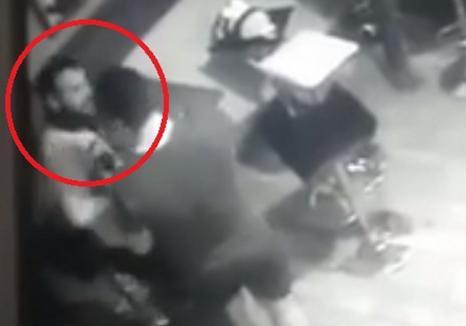 Hoţul filmat în timp ce fura un iPhone dintr-un local din Pasajul Vulturul Negru a fost prins (VIDEO)