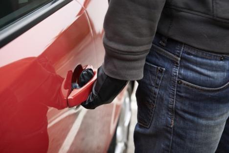 Doi spărgători de maşini au fost prinşi la Marghita: hoţii au la activ cel puţin şapte furturi