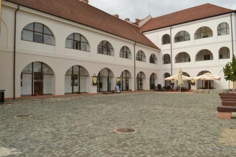 S-a decis: hotelul din Cetatea Oradea va fi pus gratuit la dispoziţia şcolii de ospitalitate