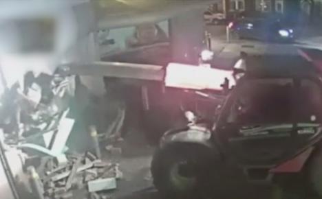 Greu de egalat: au furat un bancomat cu… excavatorul! (VIDEO)