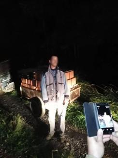 De 4 ori penal: Un bărbat din Bulz, prins fără permis la volanul unei dubiţe cu numere false și cu o remorcă neînmatriculată plină cu bolţari furaţi (FOTO)