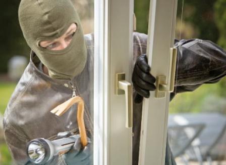Doi hoţi suspectaţi de peste 20 de spargeri de locuinţe şi societăţi comerciale, arestaţi
