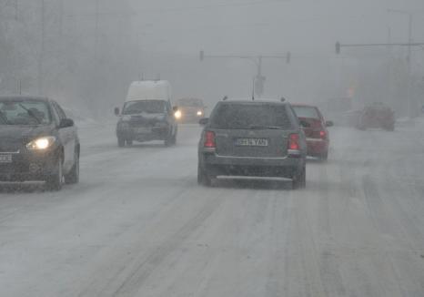 Avertizări de cod portocaliu şi galben pentru ninsori şi viscol: Mai multe drumuri naţionale au fost închise, peste 20 de trenuri anulate
