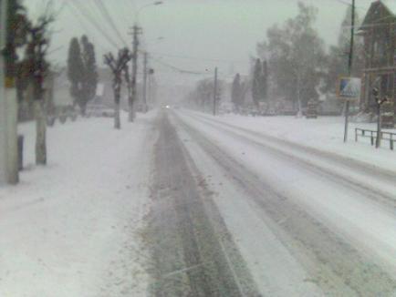 Circulaţie îngreunată pe patru drumuri judeţene, acoperite cu zăpadă şi polei