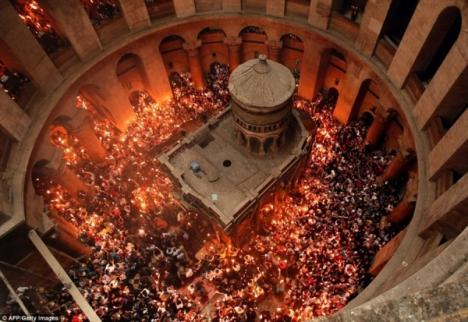 Lumina Sfântă s-a aprins la Mormântul lui Iisus Hristos din Ierusalim. La 18.45 a ajuns în România (VIDEO)